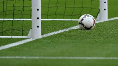 Minge de fotbal in fata portii - Guliver GettyImages-1