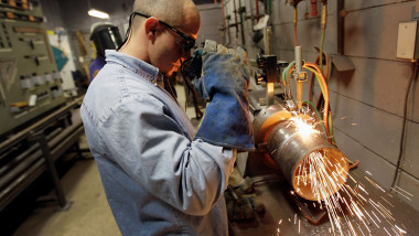 Muncitor angajat fabrica GettyImagesseptembrie 2015