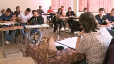elevi scoala clasa banci profesor