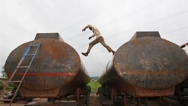 nigerian care sare peste cisterne GettyImages-81951605