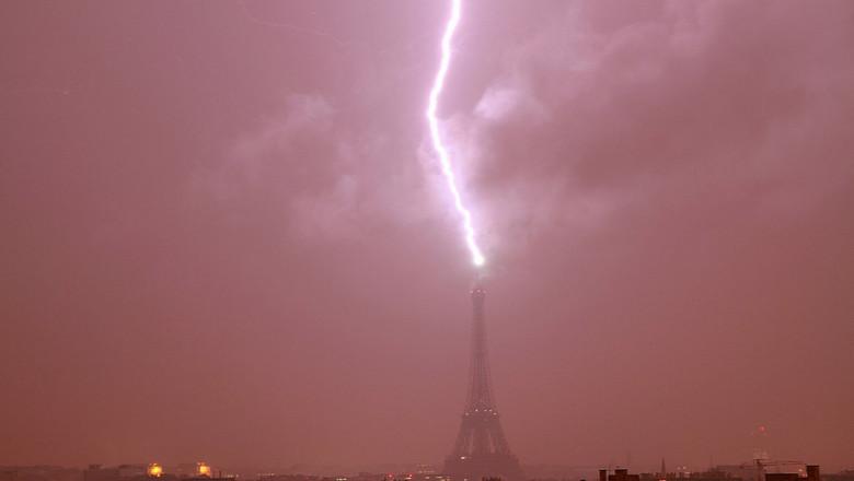 eiffel thunderstorm 1