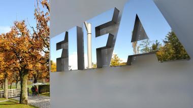 Logo-ul FIFA pe peretele instituției.
