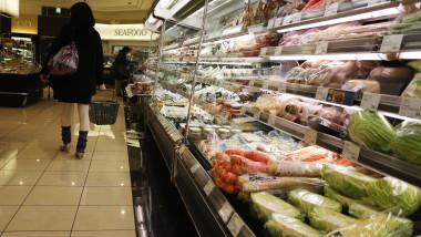 supermarket cumparaturi mancare getty images
