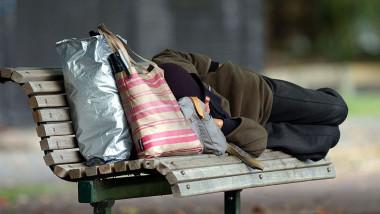 Homeless doarme pe banca persoana fara adapost GettyImages-56077560