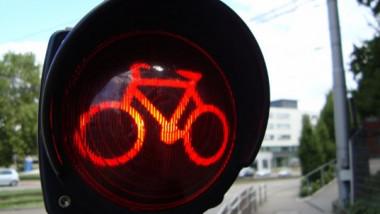 biciclistii pot trece pe culoarea rosie a semaforului paris 22 07 2015