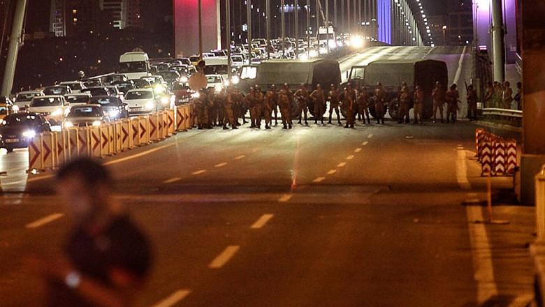 Militari turci ocupa Podul Bosfor lovitura de stat 15 iulie GettyImages-576515382