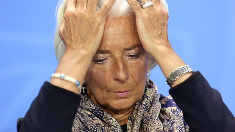 GettyImages-Christine Lagarde sefa FMI se ia cu mainile de cap
