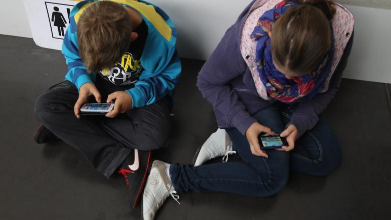 smartphone copii dependenta GettyImages-152602014-1