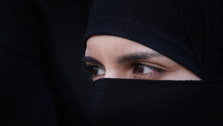 femeie care poarta burka