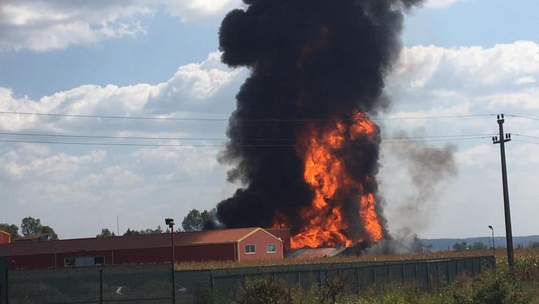 Incendiu fabrica vopsele Valcea sursa ISU Valcea 310819 (7)
