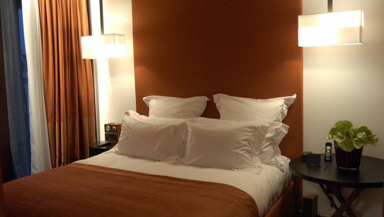 hotel camera pat cazare somn dormit perne asternuturi