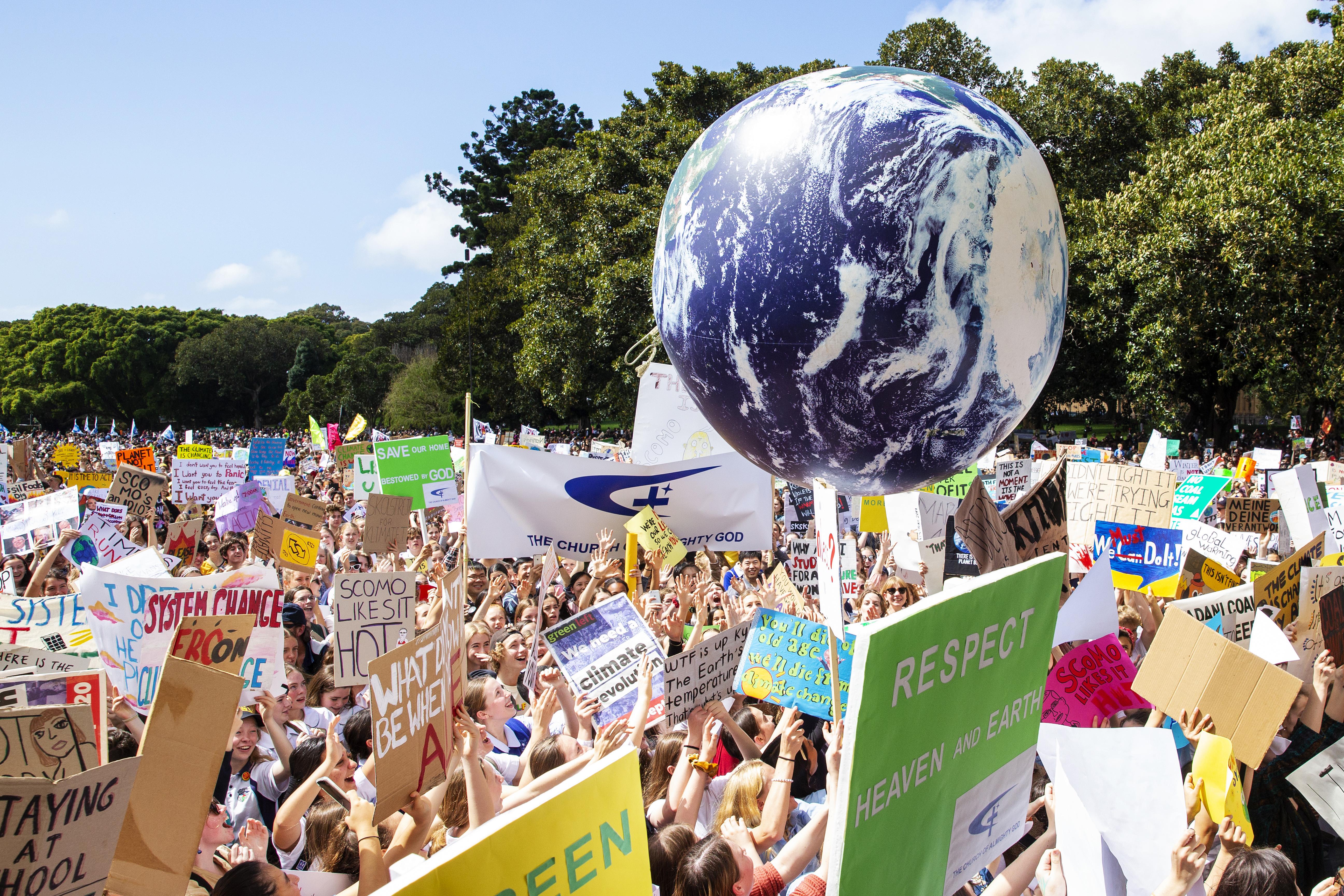 Omenirea iese in strada pentru salvarea Planetei. Oraşele lumii, ocupate de tinerii hotaraţi sa opreasca schimbarile climatice