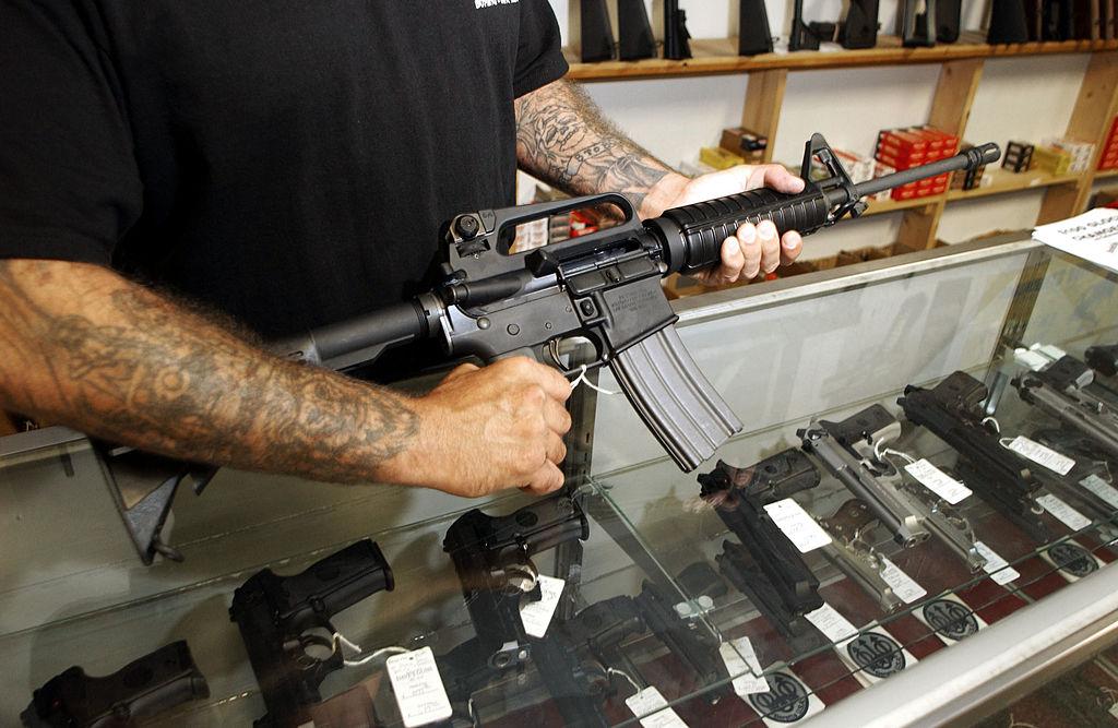 Colt nu va mai produce arme de asalt pentru piata civila americana. Care e motivul