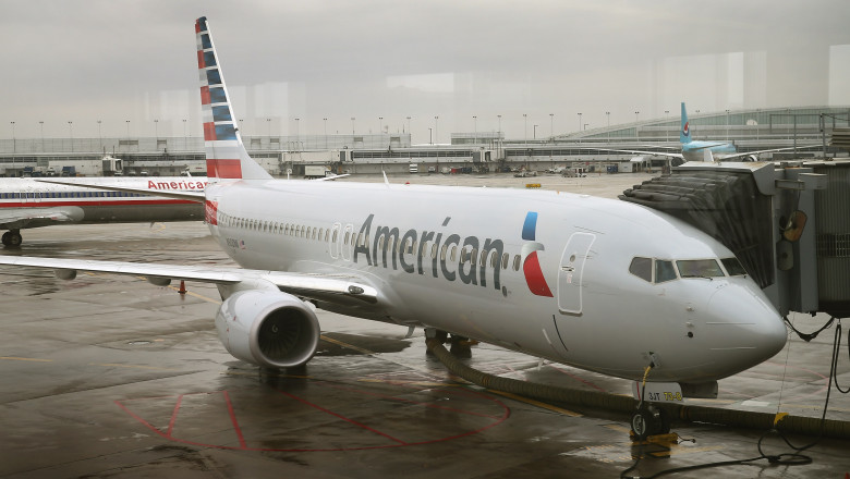 avion American Airlines Highlights Their Updated Logo On Newly Painted Boeing 737-800's
