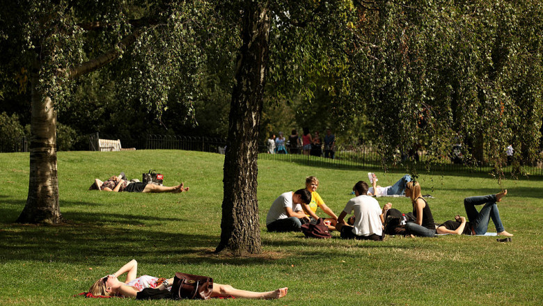 Londoner's Enjoy The Last Of the Summer Sun