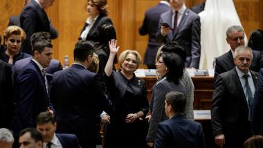 viorica dancila fericita in plenul parlamentului