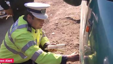 politist verifica masina