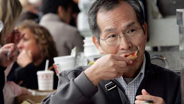 Japonez mănâncă crabi