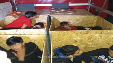 migranti în cutii din placaj