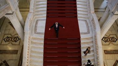 calin popescu tariceanu pe scarile senatului