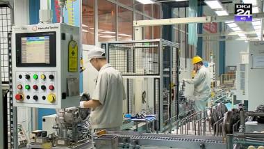 muncitori fabrica automatizata