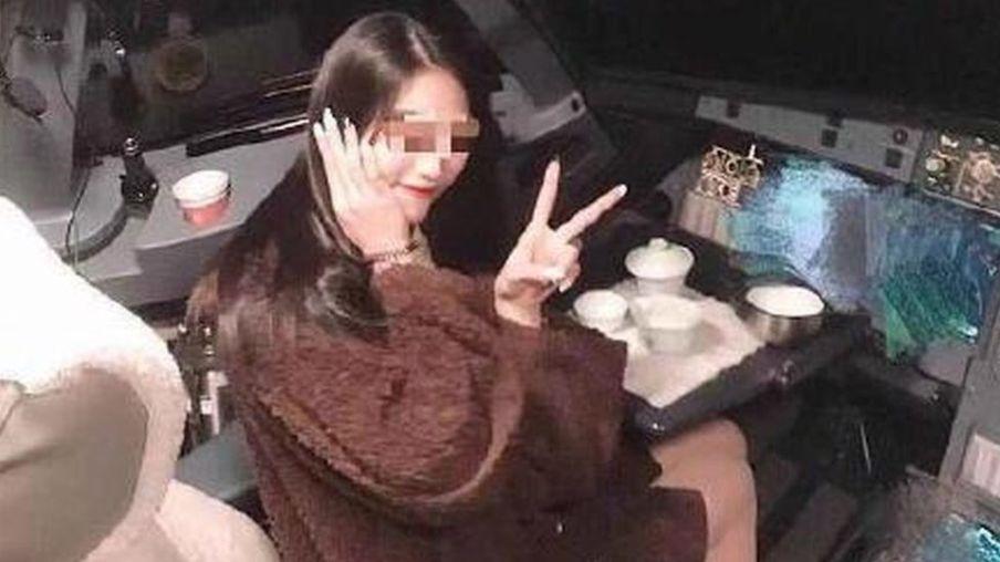 Unui pilot i-a fost interzis să mai urce la manșa avionului, după ce o fotografie a unei pasagere în carlingă a devenit virală