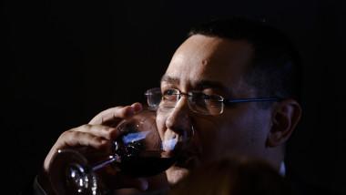 Victor Ponta bea vin din pahar