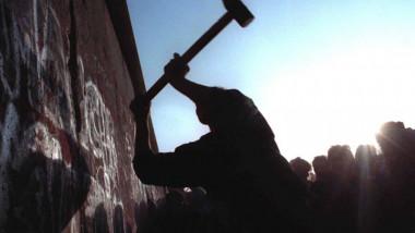 zidul berlinului ciocan - arhiva mae