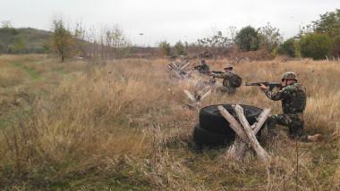 militari-exercitii-tragere-poligon