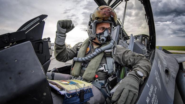 pilot f16