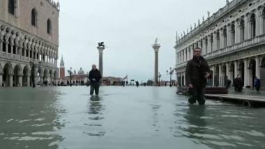 venetia inundata oameni mergand prin apa