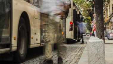 oameni lume bucuresti autobuz universitate capitala