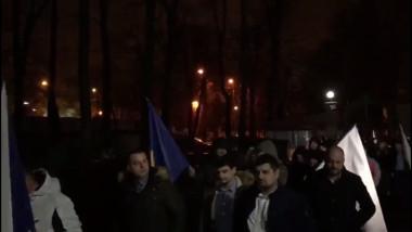 Simpatizanţi ai Vioricăi Dăncilă, cu steaguri albe în mâini, încolonaţi în drum spre sediul PSD: Vi se pare că e sediul PNL aici?