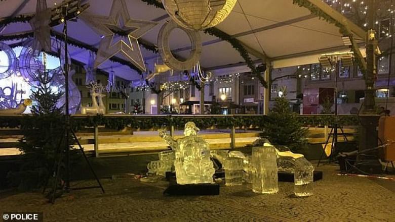 copil ucis de o statuie din gheață