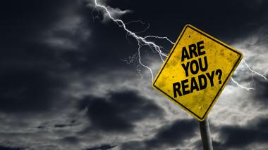 """semn galb pe care scrie """"ești pregătit?"""", pe fundal furtună puternică cu fulgere"""