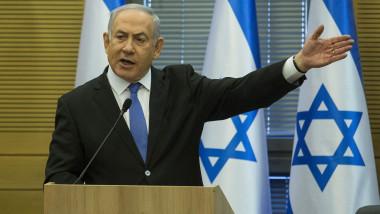 Benjamin Netanyahu face un gest cu mâna, supărat