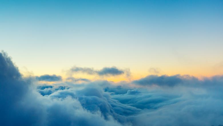 deasupra norilor in cer soare zbor vreme meteo