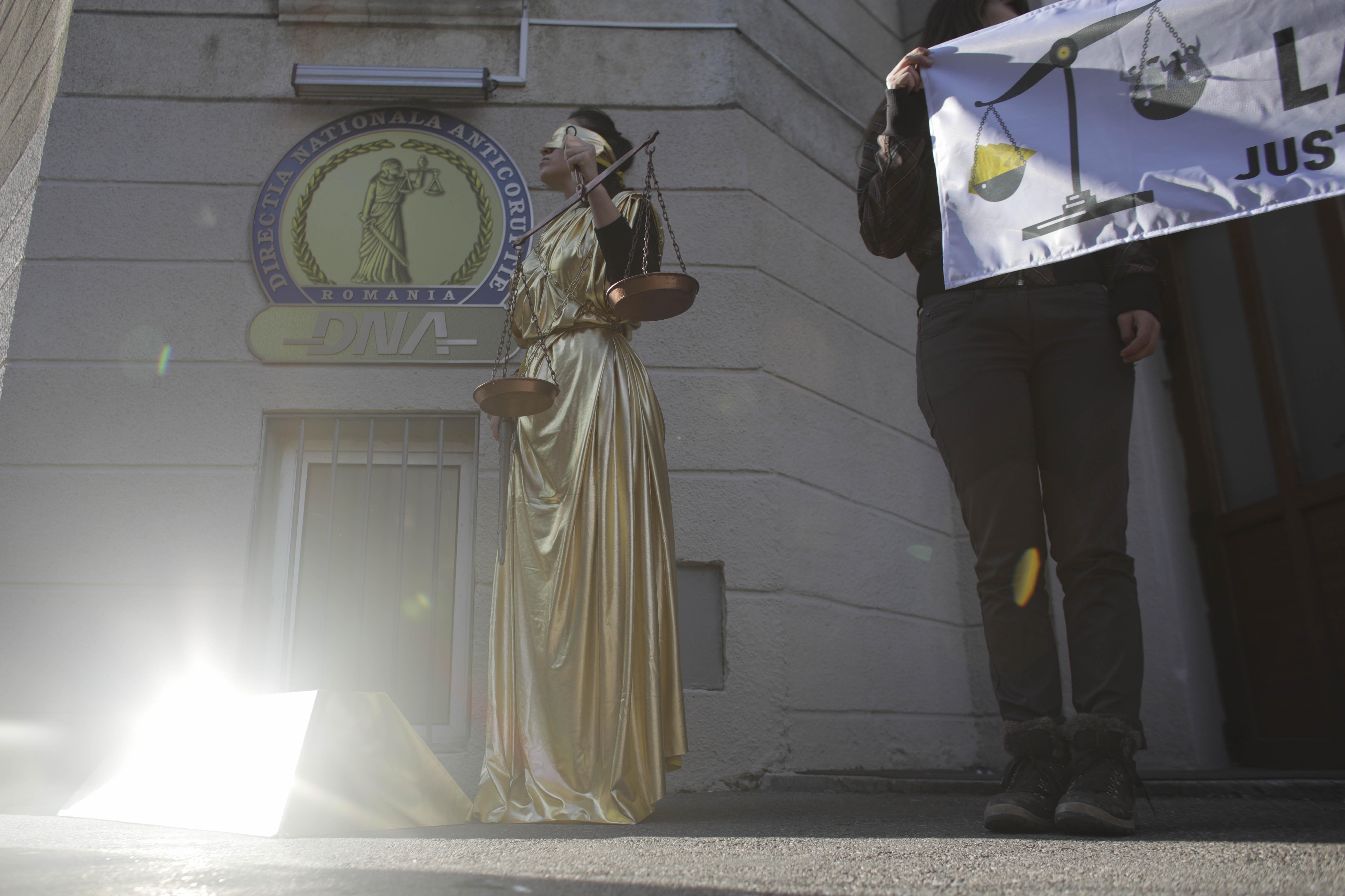 protest-dna-certej-statuie-justitie-inquam-ganea (4)