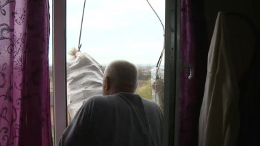sac cu lemne pe geam