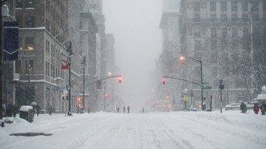 zapada New York City Manhattan Midtown street under the snow