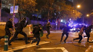 Proteste si ciocniri violente intre catalani si fortele de ordine din Barcelona