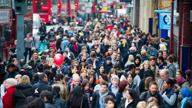 Oameni pe stradă în Londra.