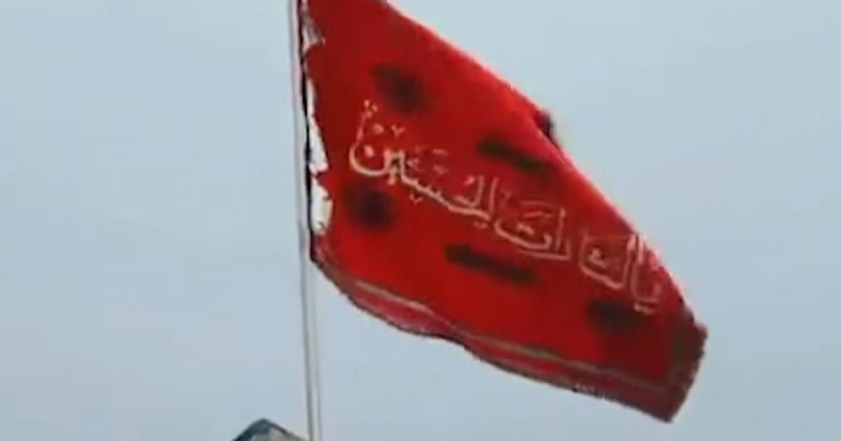 steaguri roșii la întâlnirea unei femei)