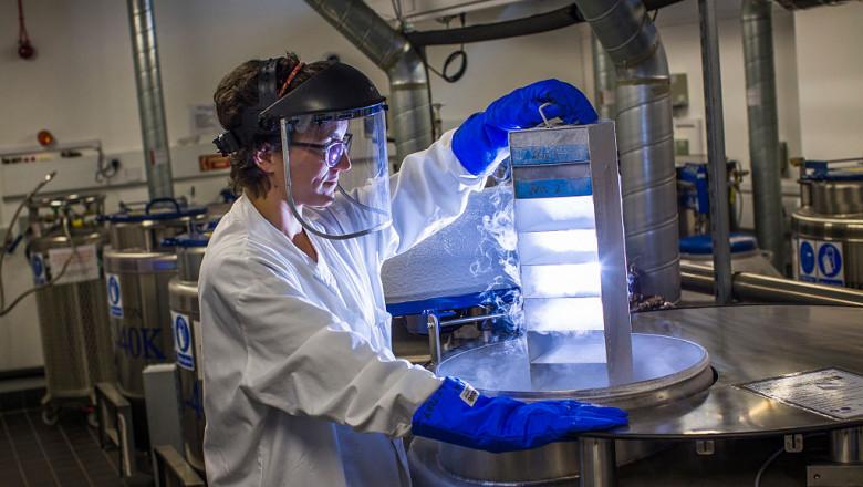 oameni de stiinta cercetator in laborator
