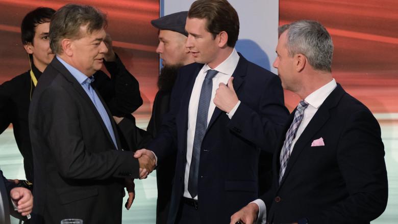 Sebastian Kurz dă mâna cu Werner Kogler, liderul Verzilor