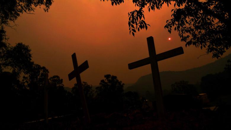 cruci pe fundal apocaliptic generat de incendiile din Australia