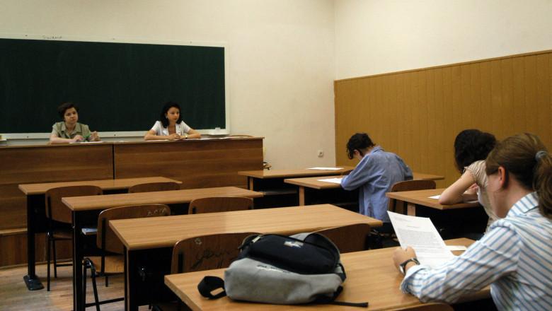 Intr-o sala de clasa se desfasoara examenul de Bacalaureat