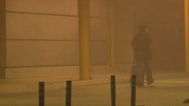 om cu bagaj aeroport ceata