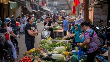 Localnici într-o piață din Coreea de Nord