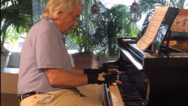 Joo Carlos Martins canta la pian in fata prietenilor sai, dupa o pauza de aproape 50 de ani